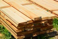 Insieme del legname di legno impilato del pino per le costruzioni della costruzione Immagini Stock Libere da Diritti
