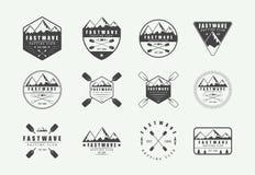 Insieme del logo d'annata, delle etichette e dei distintivi di rafting Arte grafica illustrazione vettoriale