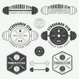 Insieme del logo, delle etichette, dei distintivi e degli elementi della palestra nello stile d'annata Fotografia Stock