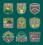 Insieme del logo di campeggio, all'aperto e di avventura del distintivo, di trekking illustrazione vettoriale