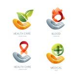 Insieme del logo di salute e di carità, icona, progettazione dell'emblema Foglie umane della tenuta della mano, goccia del sangue Immagini Stock Libere da Diritti
