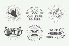 Insieme del logos praticante il surfing dell'annata, manifesti, stampe, slogan illustrazione vettoriale