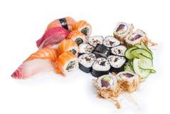 Insieme del maki e del nigiri dei sushi immagine stock