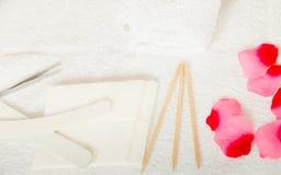 Insieme del manicure, bastoni delle cuticole ed archivi di legno Immagine Stock