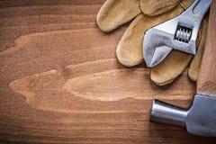 Insieme del martello da carpentiere dei guanti protettivi del cuoio della chiave regolabile Fotografia Stock Libera da Diritti