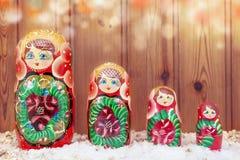 Insieme del matryoshka coperto tramite il sembrare caldo della neve di natale filtrato Immagine Stock
