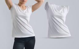 Insieme del modello con il modello femminile di misura nella maglietta e nello shap in bianco Immagine Stock