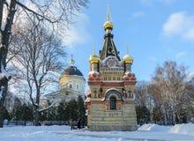 Insieme del palazzo e del parco di Homiel' Vista della cappella-tomba della famiglia di Paskevich e della cattedrale di Peter e d fotografia stock libera da diritti