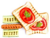 Insieme del pane, del pomodoro, della salsiccia e delle erbe del pane tostato, isolati su bianco Immagine Stock Libera da Diritti