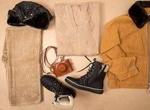Insieme del panno dell'uomo e calzature e macchina fotografica Fotografie Stock