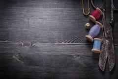 Insieme del perno del catenaccio del ditale delle bobine del filo di forbici Fotografie Stock