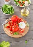 Insieme del pomodoro con le foglie dell'insalata verde Immagini Stock