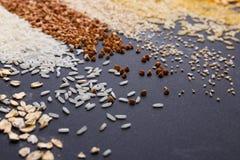 Insieme del primo piano dei cereali su un fondo nero Immagine Stock