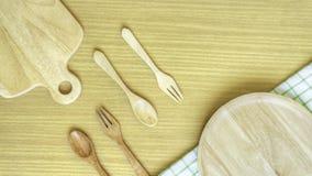 Insieme del primo piano di vista superiore dell'utensile di legno della coltelleria Forcella di legno, cucchiaio, piatto sul fond fotografie stock libere da diritti