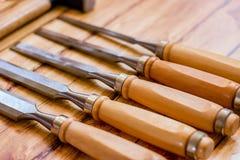 Insieme del professionista degli strumenti per il carpentiere su un fondo di legno Fotografia Stock