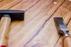 Insieme del professionista degli strumenti per il carpentiere su un fondo di legno Immagini Stock Libere da Diritti