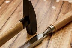 Insieme del professionista degli strumenti per il carpentiere su un fondo di legno Immagine Stock