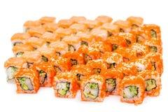 Insieme del rotolo di sushi, con le ombre e la riflessione su un backgr bianco Immagini Stock