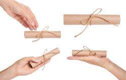 insieme del rotolo differente della carta kraft con la mano, isolato su fondo bianco Fotografia Stock