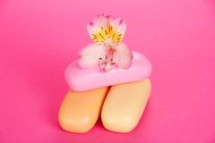 Insieme del sapone di toilette e del fiore Immagine Stock