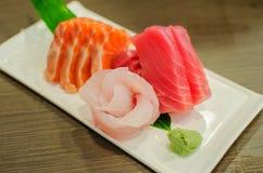 Insieme del sashimi del pesce crudo fresco del tonno e del salmone fotografia stock