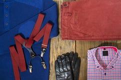 Insieme dell'abbigliamento casual dell'uomo sulla tavola di legno Fotografia Stock