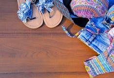 Insieme dell'abbigliamento da spiaggia su fondo di legno Immagini Stock