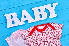 Insieme dell'abbigliamento modellato della neonata Fotografie Stock Libere da Diritti