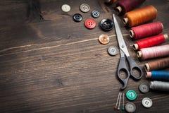 Insieme dell'annata dei fili, delle forbici e dei bottoni Fotografia Stock