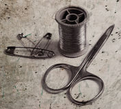 Insieme dell'annata del filo, forbici, perni Fotografia Stock