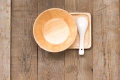 Insieme dell'annata fatta a mano dell'articolo da cucina di legno sulla vista superiore di legno Fotografie Stock Libere da Diritti