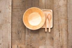 Insieme dell'annata fatta a mano dell'articolo da cucina di legno sulla vista superiore di legno Fotografia Stock