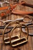 Insieme dell'attrezzatura del cavallo su fondo di legno Fotografia Stock Libera da Diritti
