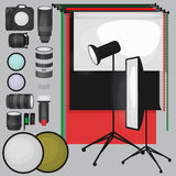 Insieme dell'attrezzatura dello studio della foto, fondo di carta della foto, icone piane molli leggere, flash, riflettore, softb Immagine Stock
