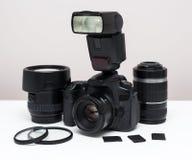 Insieme dell'attrezzatura di fotografia sulla tavola Immagini Stock Libere da Diritti