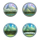 Insieme dell'emblema della natura del paesaggio della montagna con il fiume e la foresta di conifere isolati su fondo bianco Fotografia Stock