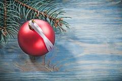 Insieme della bagattella rossa del ramo dell'abete sul concep di celebrazioni del bordo di legno Fotografia Stock
