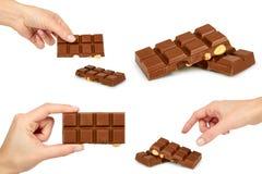 Insieme della barra del cioccolato al latte con la nocciola, mano della donna Isolato su priorità bassa bianca Cioccolato fatto a Fotografia Stock Libera da Diritti
