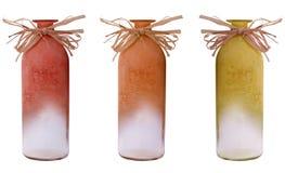 Insieme della bottiglia arancio dei vasi di colore su bianco fotografia stock