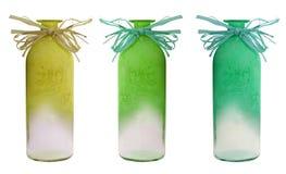 Insieme della bottiglia dei vasi di verde di colore su bianco fotografia stock
