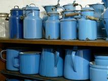 Insieme della bottiglia di alluminio blu per latte Immagine Stock