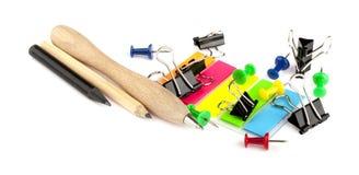 Insieme della cancelleria della penna, delle matite, dei bottoni, delle clip e degli autoadesivi Immagine Stock Libera da Diritti