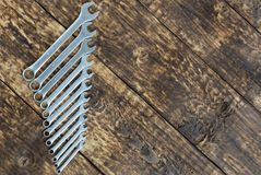 Insieme della chiave contro il vecchio fondo dei bordi di legno Fotografia Stock