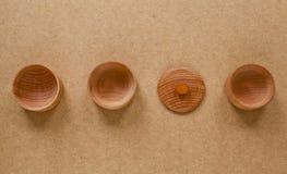 Insieme della ciotola di legno vuota con la copertura su fondo di legno Immagini Stock