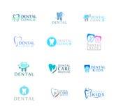 Insieme della clinica di cure odontoiatriche del logos, odontoiatria per i bambini Icone astratte dei denti Immagine Stock