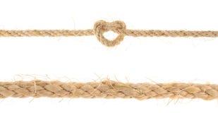 Insieme della corda della iuta con il nodo di scogliera isolato su fondo bianco Fotografia Stock