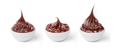 Insieme della crema fusa del cioccolato nei piatti isolati Fotografia Stock Libera da Diritti