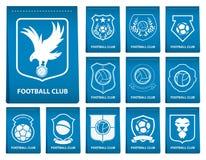 Insieme della cresta di calcio o di calcio sull'etichetta blu nella progettazione piana Emblema di logo di calcio Distintivo di c illustrazione vettoriale