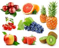 Insieme della frutta e delle bacche isolate su bianco Fotografie Stock Libere da Diritti