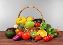 Insieme della frutta e delle verdure differenti in canestro di vimini Fotografia Stock Libera da Diritti